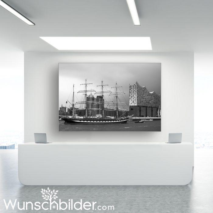 Elbphilharmonie Hamburg mit Segelschiff im Hamburger Hafen - wunschbilder.com