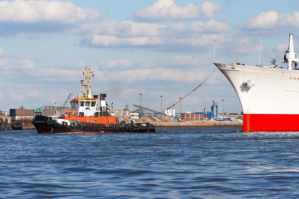 Schlepper mit MS Cap San Diego Hamburg