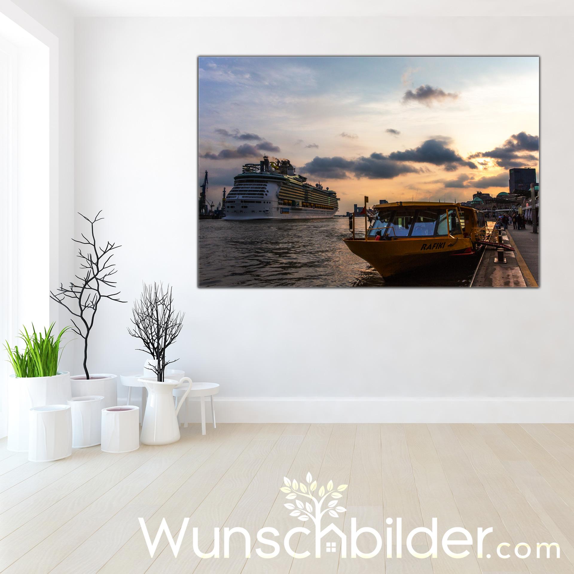 Schiffe an den Landungsbrücken im Hamburger Hafen